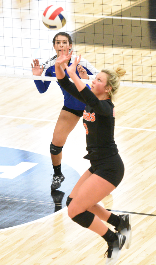 Sarah Bell sets ball in match against Lindsey. Photo by Chris Wells